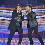 Maika cantanto junto a Nek en la gala final de 'La Voz'
