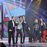 Los finalistas cantando con Mika en la gala final de 'La Voz'