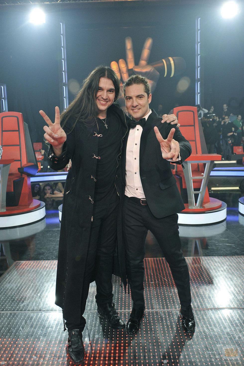 Rafa, ganador de 'La Voz', posando con David Bisbal