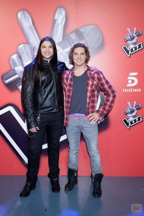 El ganador de 'La Voz', Rafa, posando junto a David Bisbal en la rueda de prensa