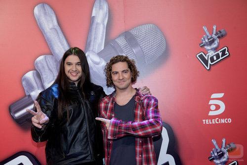 David Bisbal posando junto a Rafa, ganador de 'La Voz'