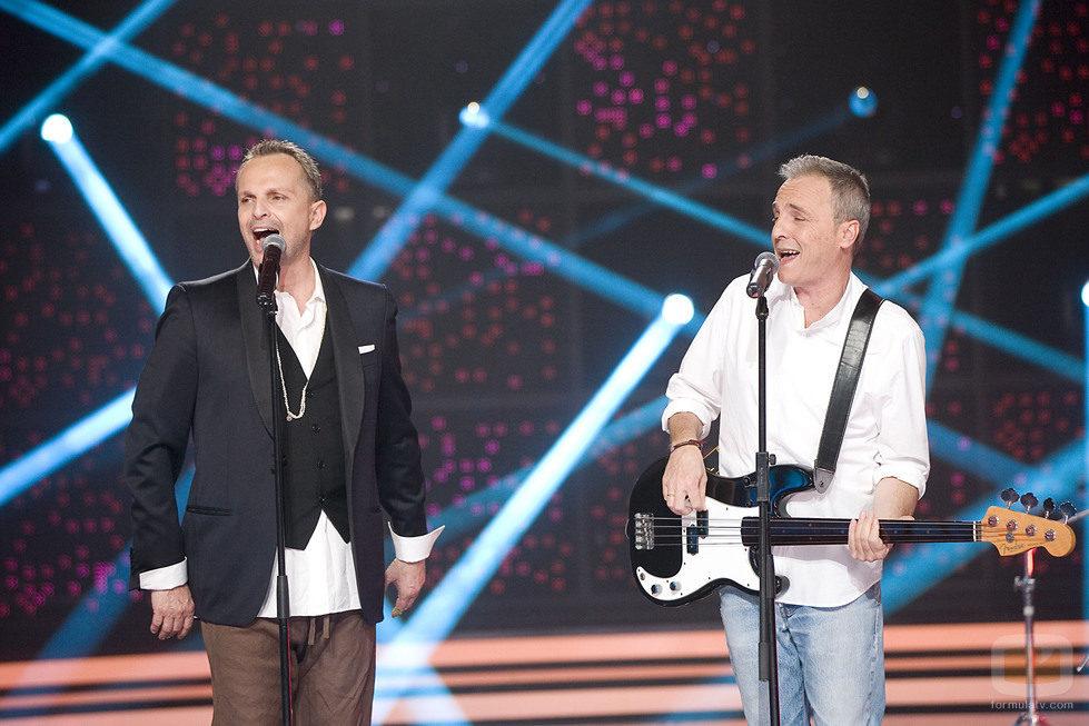 Miguel Bosé cantando con David Summers de Hombres G en 'Bose Papitwo' en La 1