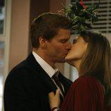 Brennan besa a Booth en 'Bones'