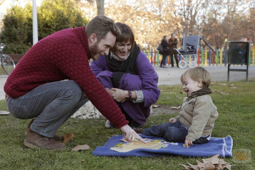 Toni y Juana juegan con el niño en una imagen de la nueva temporada de 'Cuéntame cómo pasó'