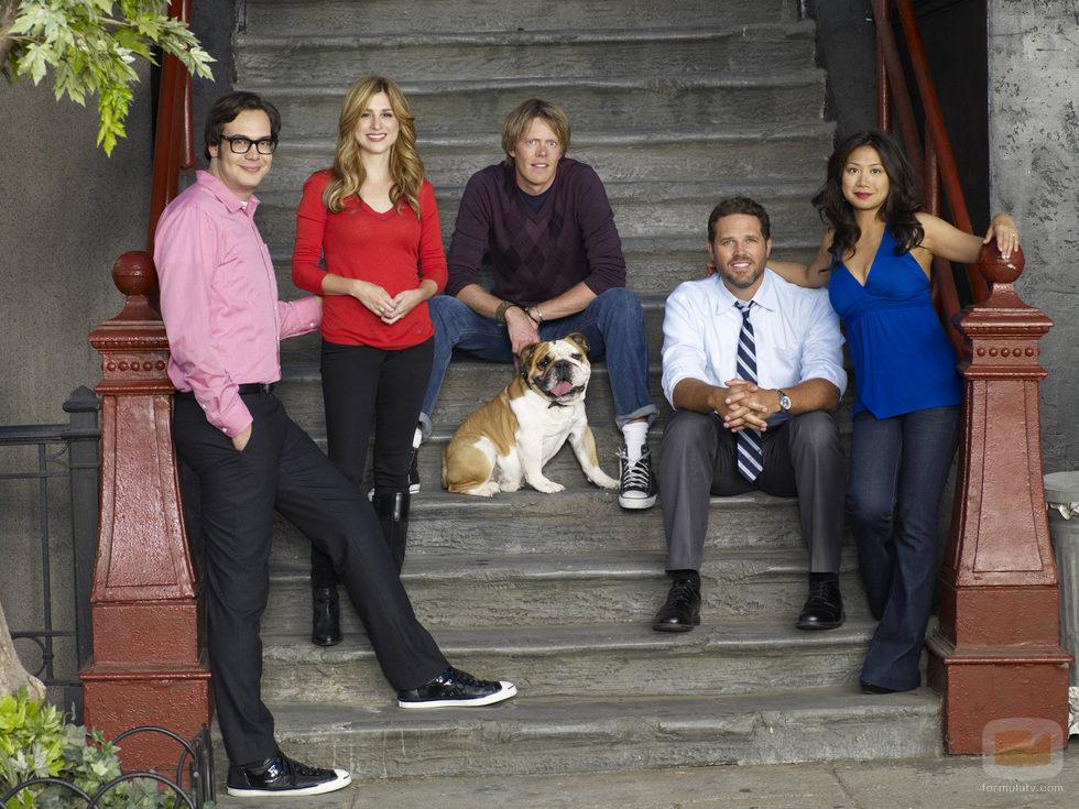 Nelson Franklin, Aya Cash, Kris Marshall, David Denman y Liza Lapira posan en set de 'Manos libres'