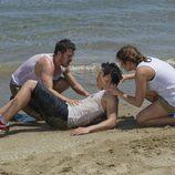Piti y Vilma ayudan a Cho para que no se ahogue