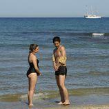 Vilma y Cho se dan un baño a la orilla de la playa
