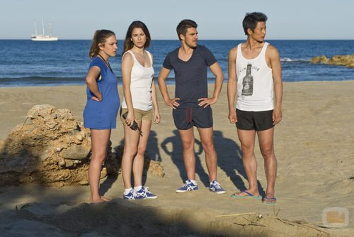 Vilma, Ainhoa, Piti y Cho se preparan para acampar en la isla