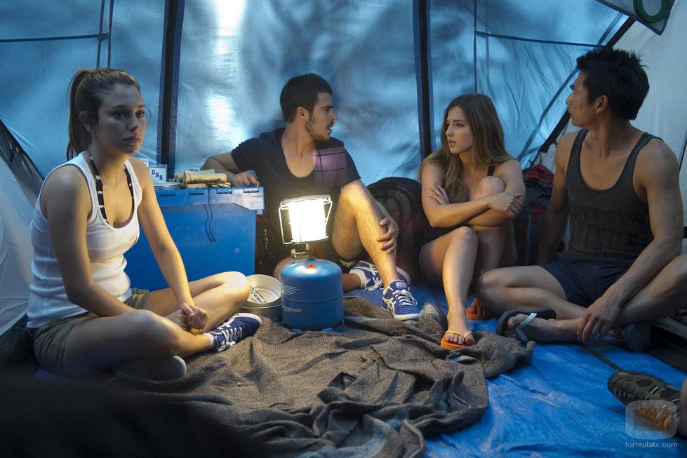 Ainhoa, Piti, Vilma y Cho pasan la noche en la isla