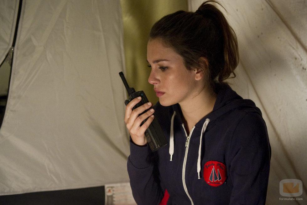Ainhoa se comunica por walkie talkie con el Estrella Polar