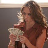 Riley Parks (Jennifer Love Hewitt) descubre que trabaja en un spa que ofrece otro tipo de servicios