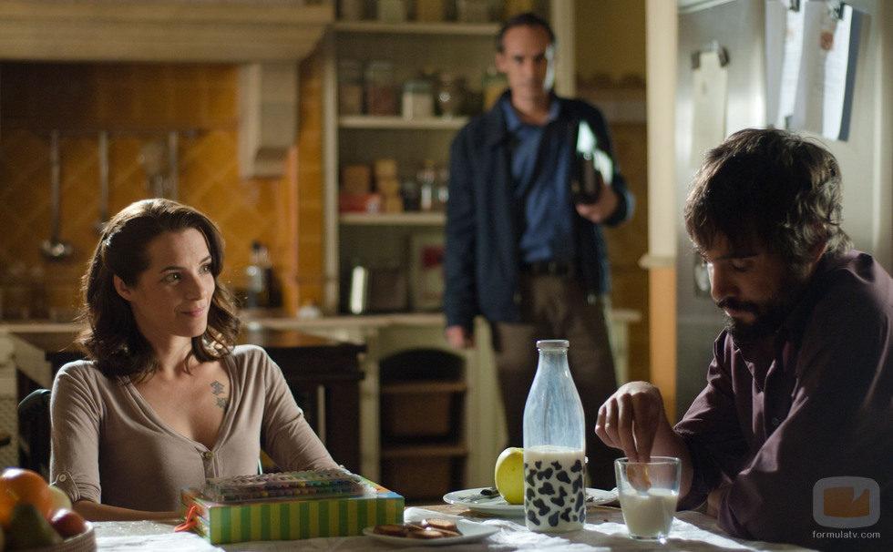 Sara y Carlos desayunan en la cocina de los Cortázar en 'Gran Reserva'
