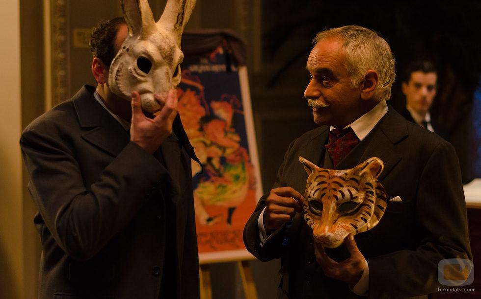 Ayala y Hernando acuden al baile de máscaras del Gran Hotel
