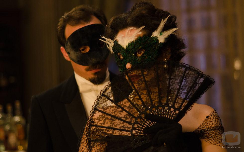 Alfredo Vergara y Sofía Alarcón durante el baile de máscaras
