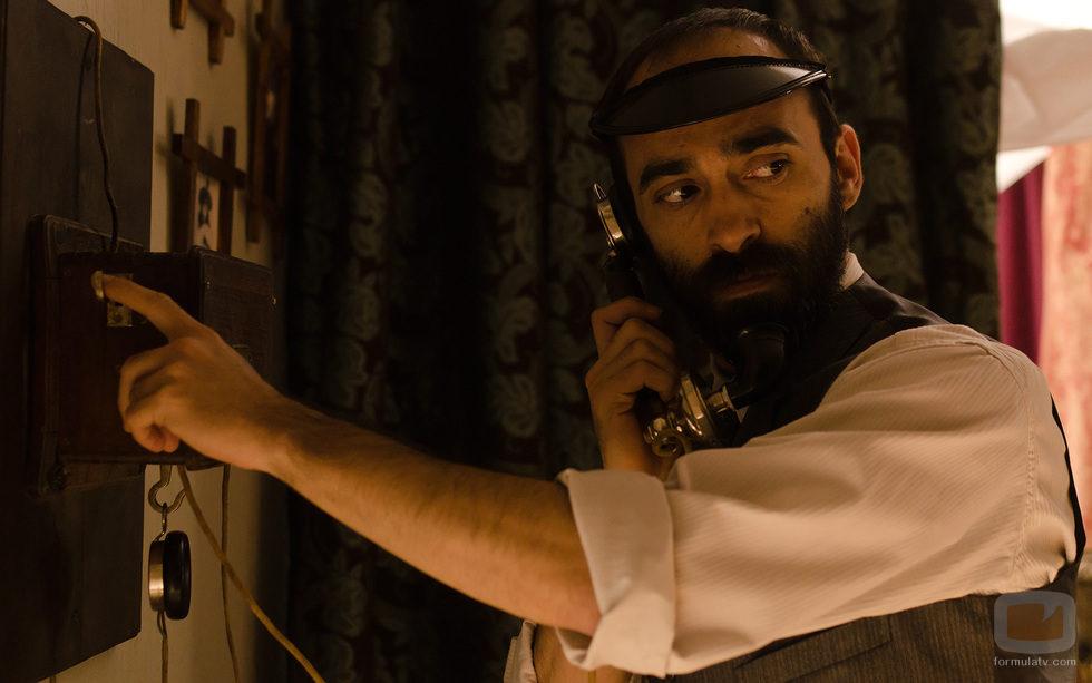 Diego atendiendo una misteriosa llamada