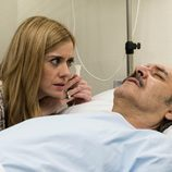 Carlota visitando a su padre en el hospital