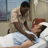 Manolo recibe la visita de un futbolista en el hospital