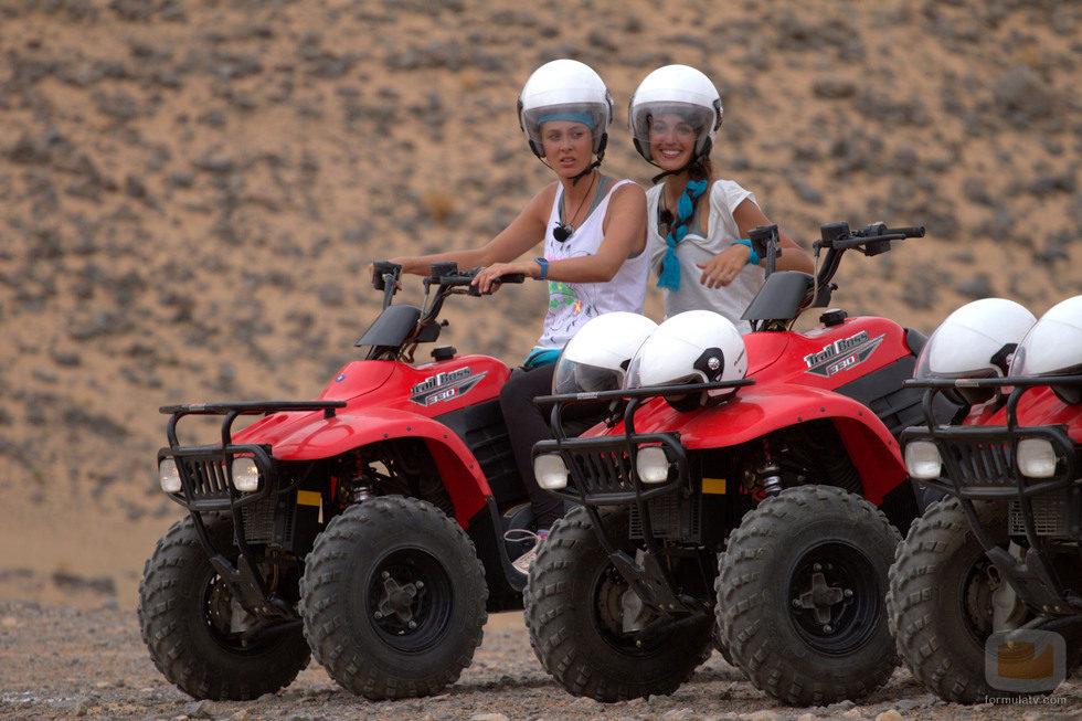 Elisabeth Reyes y Noelia López concursando en una de las pruebas de 'Expedición imposible'