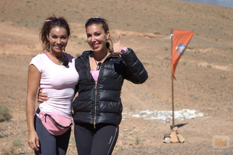 María y Romy Abradelo posando en una de las metas de 'Expedición imposible'