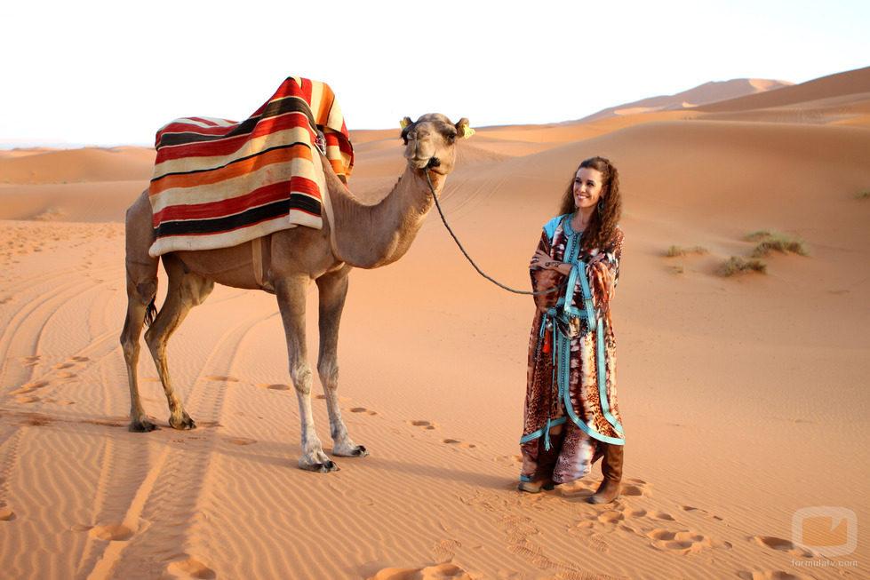 Raquel Sánchez Silva, presentadora de 'Expedición imposible', posando con un camello