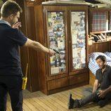 Ricardo apunta a Gamboa con una pistola en el capítulo