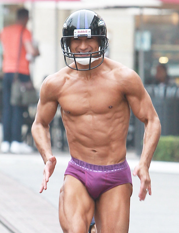 Mario López corre semi desnudo por las calles de Los Ángeles