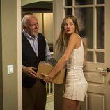 Ernesto ayudando a Leire en la segunda temporada de 'Luna, el misterio de Calenda'