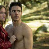 Leire y Ricky sorprendidos en el bosque en la segunda temporada de 'Luna, el misterio de Calenda'