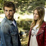 Joel y Leire conversando en el bosque en la segunda temporada de 'Luna, el misterio de Calenda'