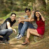 Ricky, Pablo y Vera juntos en el bosque en la segunda temporada de 'Luna, el misterio de Calenda'