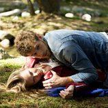 Leire y Joel tirados en el bosque en la segunda temporada de 'Luna, el misterio de Calenda'