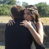 Ainhoa se abraza a su padre en el último episodio de 'El Barco'