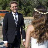 El Capitán junto a su hija vestida de novia en el final de 'El Barco'
