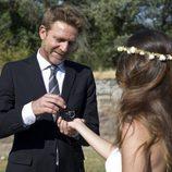 Ricardo obsequia a Ainhoa con unos anillos en el final de 'El Barco'