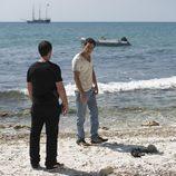 Gamboa y Ulises dialogan en el último episodio de 'El Barco'