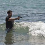 Gamboa apuntando a Ulises entre las olas en el final de 'El Barco'