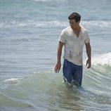 Ulises entre las olas en el último episodio de 'El Barco'