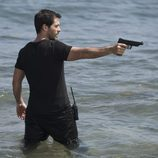 Gamboa apuntando a su objetivo en el último episodio de 'El Barco'