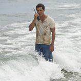 Ulises hablando por walkie talkie en el final de 'El Barco'