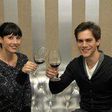 Bárbara Goenaga y Marc Clotet brindando
