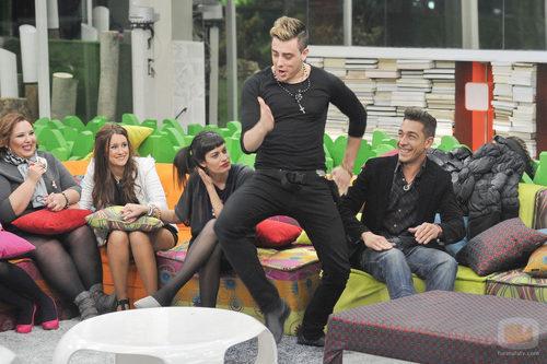 Iván bailando delante de sus compañeros en la tercera gala de 'Gran Hermano catorce'