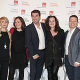 Arturo Valls y Tinet Rubira con el equipo de '¡Ahora caigo!'
