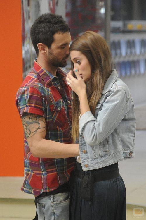 Danny consolando a Susana