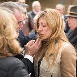 Reyes Monforte, actual pareja de Pepe Sancho, llorando en el funeral del actor