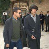 Alejo Sauras acompaña a Alejandro Sancho en el funeral de su padre Pepe Sancho
