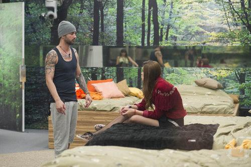 Danny hablando con Susana