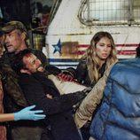 Tom Mason herido y atendido por sus compañeros en 'Falling Skies'