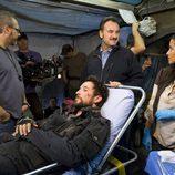 Tom Mason atendido por sus compañeros en la segunda temporada de 'Falling Skies'