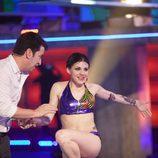 Arturo Valls ayuda a Angy a salir del agua en 'Splash! Famosos al agua'