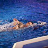 Darío Barrio nada para salir de la piscina de 'Splash! Famosos al agua'